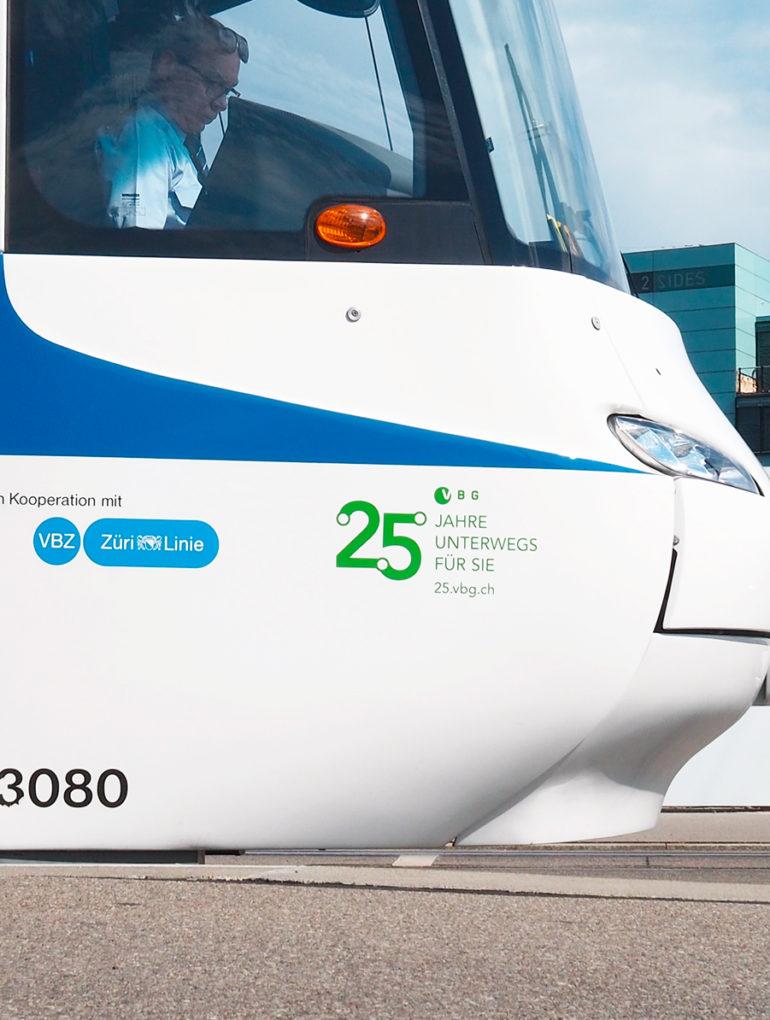 Fahrzeugbeschriftung Logo Branding Full Service Agentur Zürich Tram Verkehr